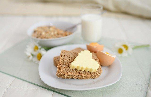 pain-beurre-et-oeuf-sur-une-assiette-blanche