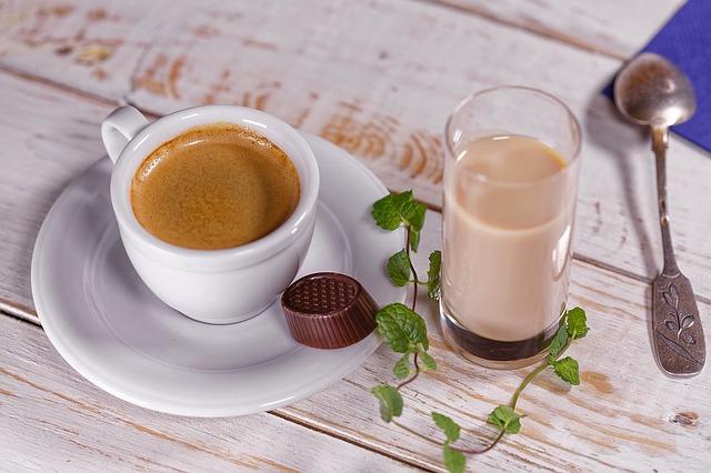 café-et-thé-sur-une-table-en-bois