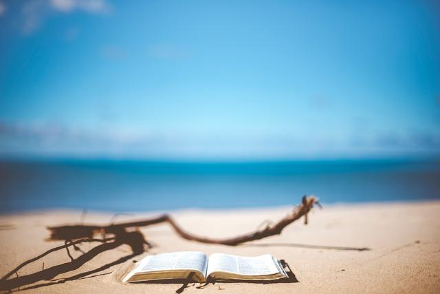 livre-ouvert-sur-le-sable-sur-la-plage