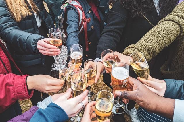 mains-de-plusieurs-personnes-tenant-un-verre-de-bière