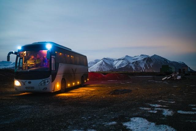 autocar-de-nuit-sur-une-route-du-nord