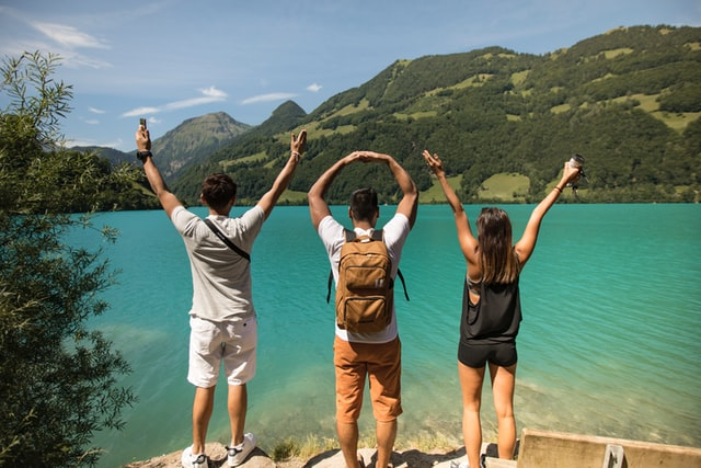 trois-voyageurs-sur-le-bord-dun-lac