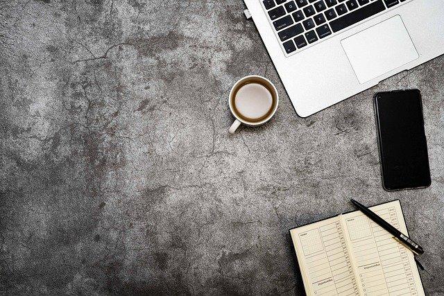 ordinateur-café-agenda-téléphone-et-crayon