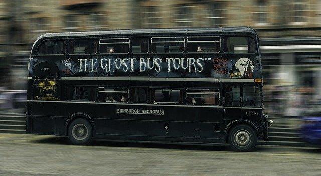 autobus-noir-pour-un-tour-de-nuit-fantôme