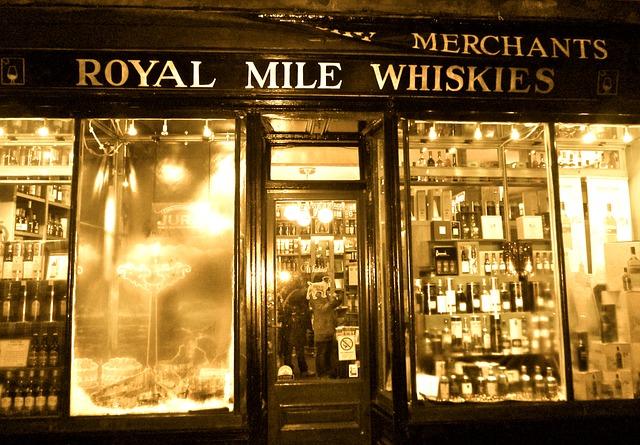 devanture-de-magasin-de-whisky-la-nuit-royal-mile