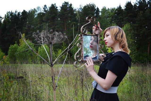 fille-devant-un-miroir-dans-un-champ