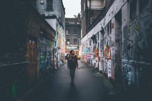 fille-et-graffitis-dans-une-ruelle