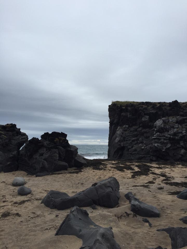 ondverdarnes-plage-sable-doré-roches-volcaniques