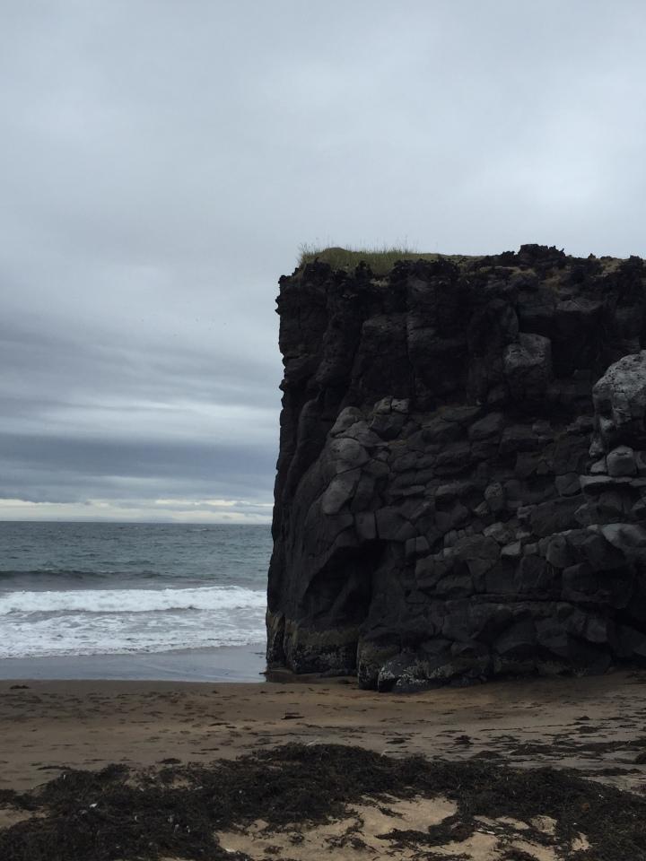 plage-ondverdarnes-sable-doré-roches-volcaniques